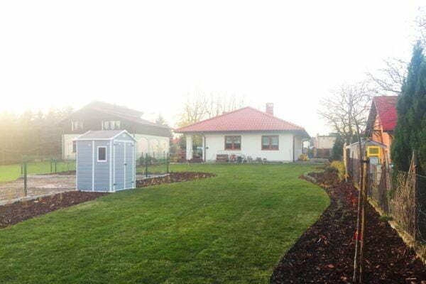 Ogród z licznymi rabatami
