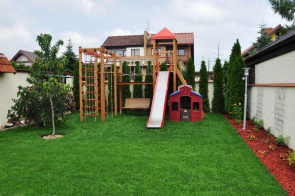 Niewielki ogród z placem zabaw 4